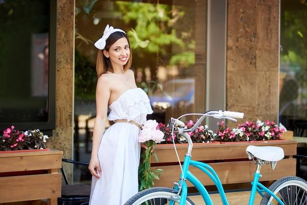 Mulher perto de bicicleta