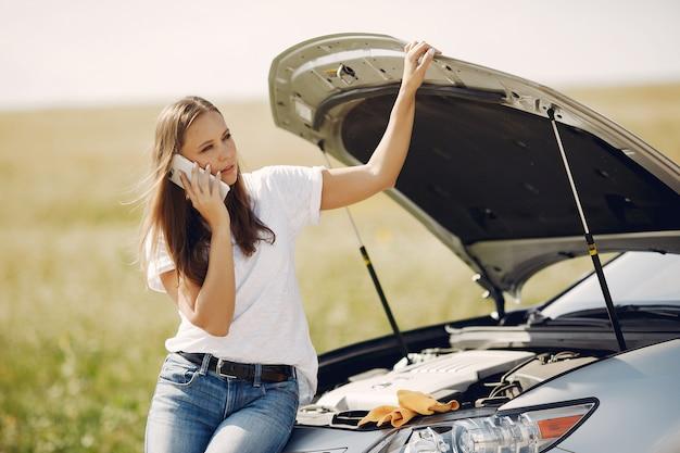 Mulher perto de carro quebrado pedir ajuda