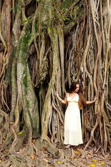 Mulher perto de um banyan