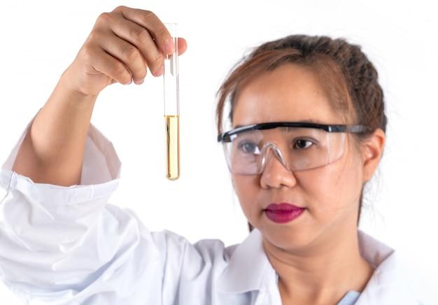 Mulher, pesquisa científica, olhar, solução, em, tubo