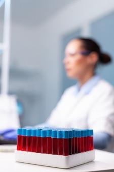 Mulher pesquisadora cientista digitando resultados de inovação de vacinas farmacêuticas