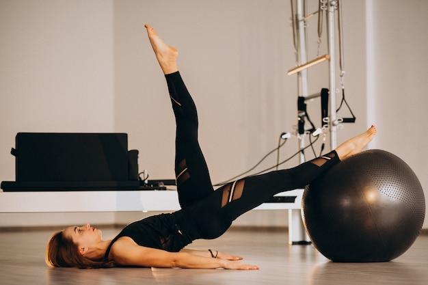 Mulher, pilates, com, um, bola