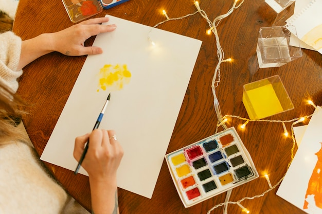 Mulher pintando em aquarela acrílica