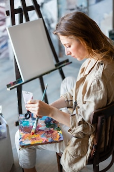 Mulher pintando plano médio