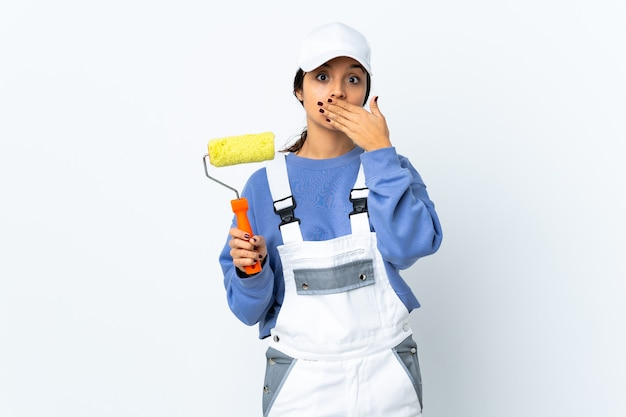 Mulher pintora sobre parede branca isolada, mostrando um gesto de silêncio