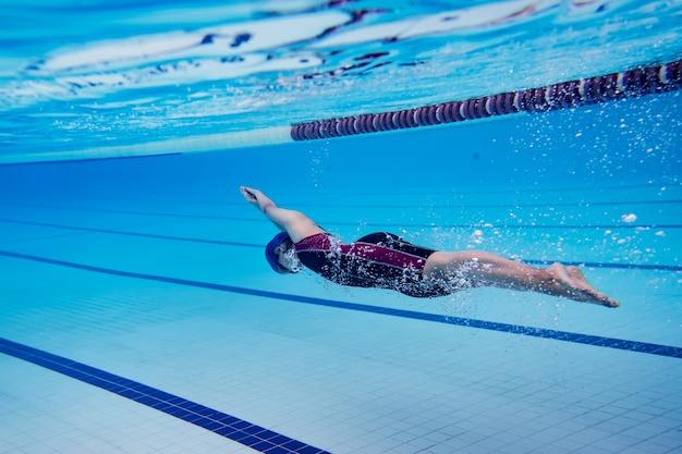 Mulher piscina. foto subaquática