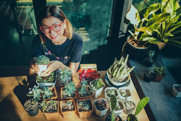 Mulher plantando suculentas em uma pequena horta