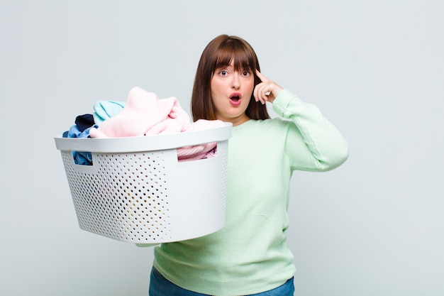Mulher plus size parecendo surpresa, boquiaberta, chocada, percebendo um novo pensamento, ideia ou conceito