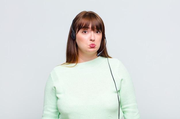 Mulher plus size se sentindo triste e chorona com um olhar infeliz, chorando com uma atitude negativa e frustrada