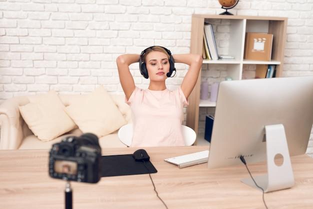Mulher podcaster posando na câmera para podcast de rádio.