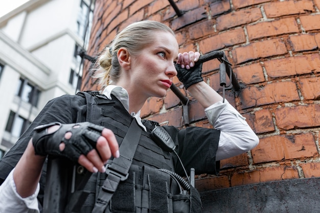 Mulher poderosa segurando uma arma