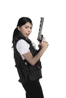 Mulher policial segurar revólver arma