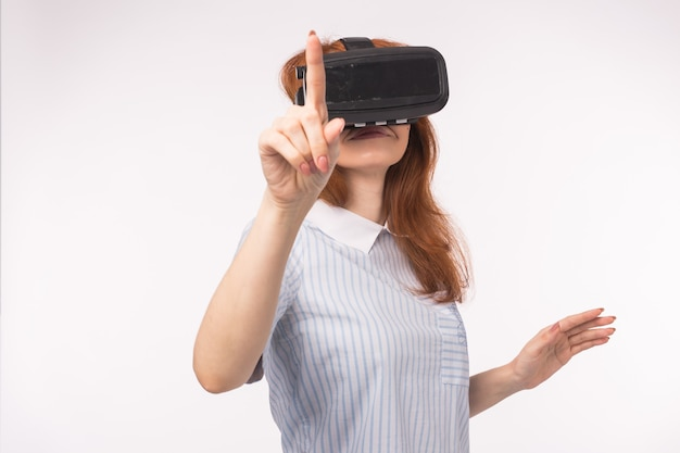 Mulher ponto pressionando a tela de toque por realidade virtual em fundo branco. dispositivo de óculos com fone de ouvido vr