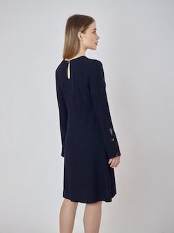 Mulher posa em uma nova coleção de roupas de verão. garota de sucesso