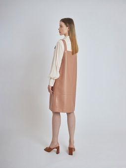 Mulher posa em uma nova coleção de roupas de verão.