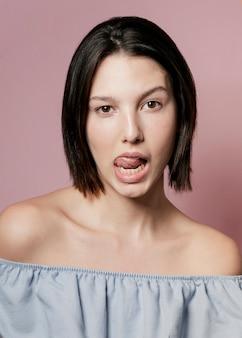 Mulher posando com a língua de fora