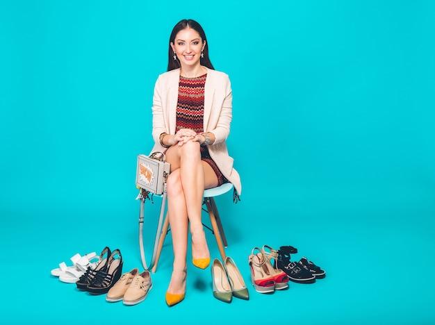 Mulher posando com calçado estiloso