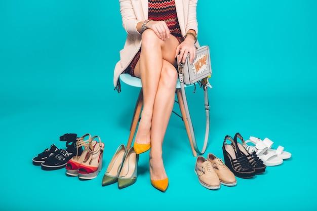 Mulher posando com calçados elegantes, moda verão e bolsa, pernas longas, compras