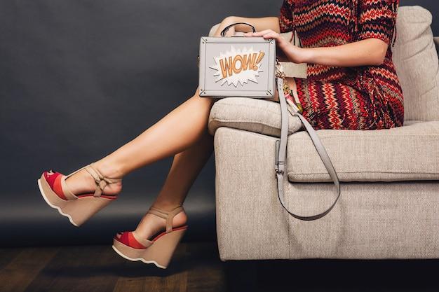 Mulher posando com calçados elegantes, moda verão e bolsa