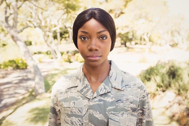 Mulher posando com camisa militar