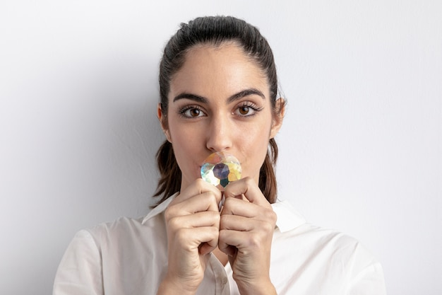 Mulher posando com diamante cobrindo a boca