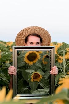 Mulher posando com espelho no campo