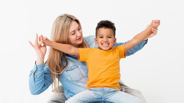 Mulher posando com menino feliz