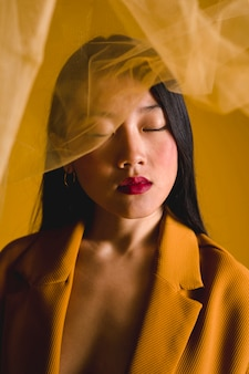 Mulher posando com pano amarelo