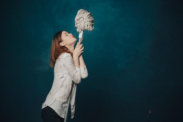 Mulher posando com um esfregão