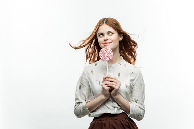 Mulher posando com um pirulito, isolado