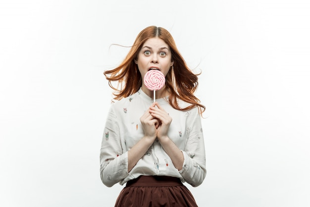 Mulher posando com um pirulito