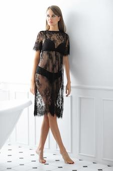 Mulher posando com um vestido