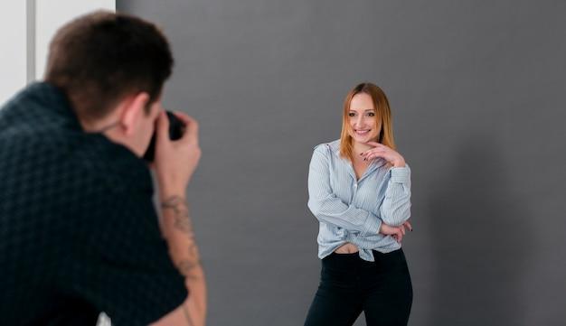 Mulher posando e homem tirando fotos