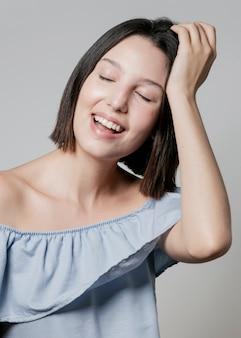 Mulher posando e sorrindo