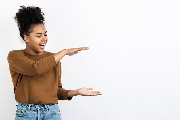 Mulher posando enquanto descreve o tamanho