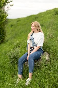 Mulher posando na grama