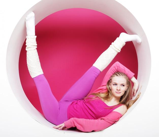 Mulher posando no círculo rosa