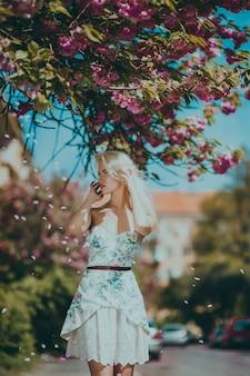 Mulher posando para uma foto no jardim