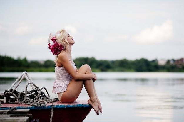 Mulher posando para uma foto no porto
