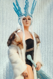 Mulher posando vestindo uma fantasia de rainha do gelo