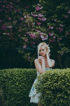 Mulher, posar, foto, jardim