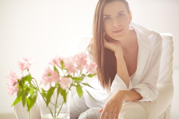 Mulher positiva com flores