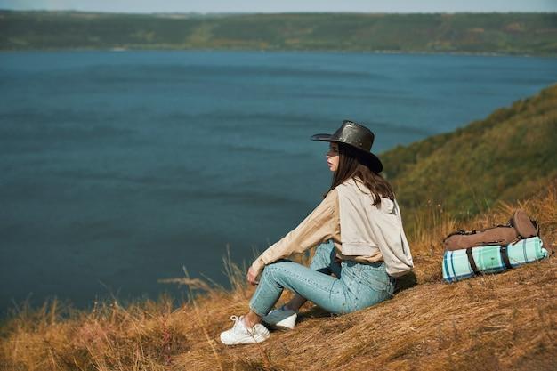 Mulher positiva olhando para o rio dniester de uma colina alta
