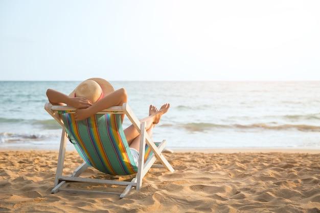 Mulher, praia, em, verão
