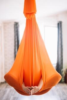 Mulher, prática, aero, ioga, em, laranja, hammock