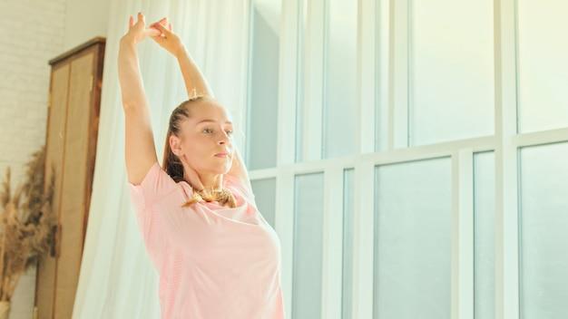 Mulher pratica esportes e preparação física em casa.
