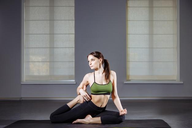Mulher, prática, flexível, ioga, pose