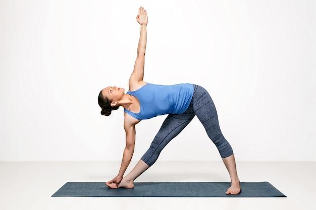 Mulher pratica ioga asana utthita trikonasana