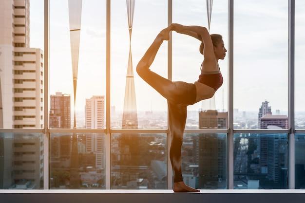 Mulher, prática, ioga, cidade, vista