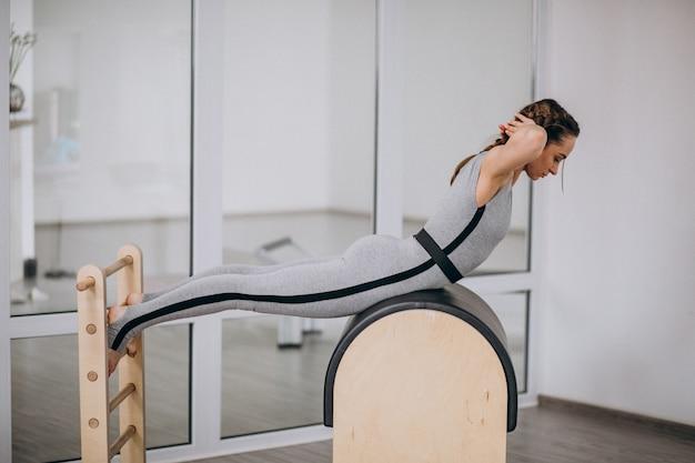 Mulher, prática, ioga, com, equipamento